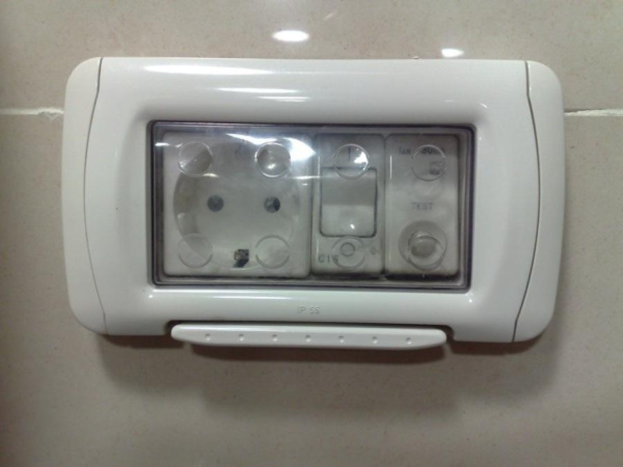 C mo instalar un enchufe con tapa protectora ideas for Enchufes para exterior