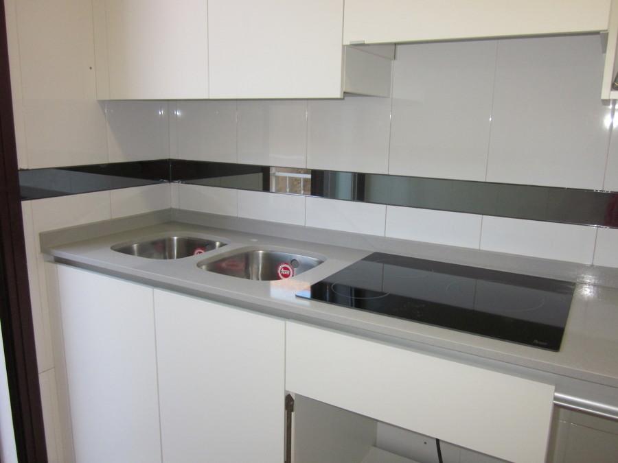 Foto encimera de cocina en compac ceniza de marmoleria sa for Cocinas blancas y grises fotos