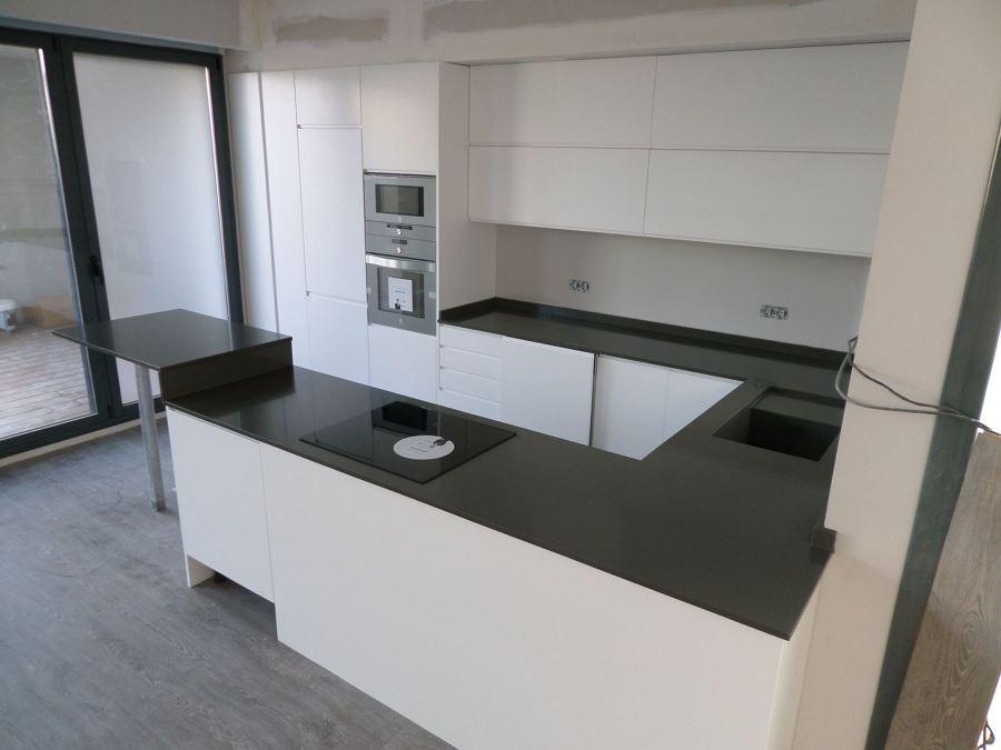 Bancada de cocina en silestone cemento spa ideas marmolistas for Cocinas blancas con silestone