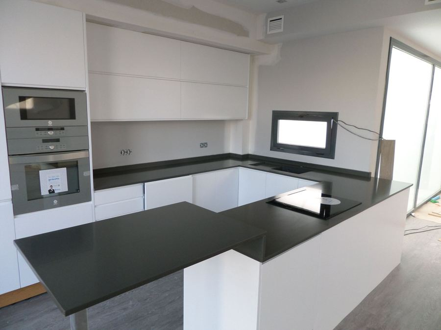 Foto encimera de cocina en silestone cemento spa de for Cocinas en cemento