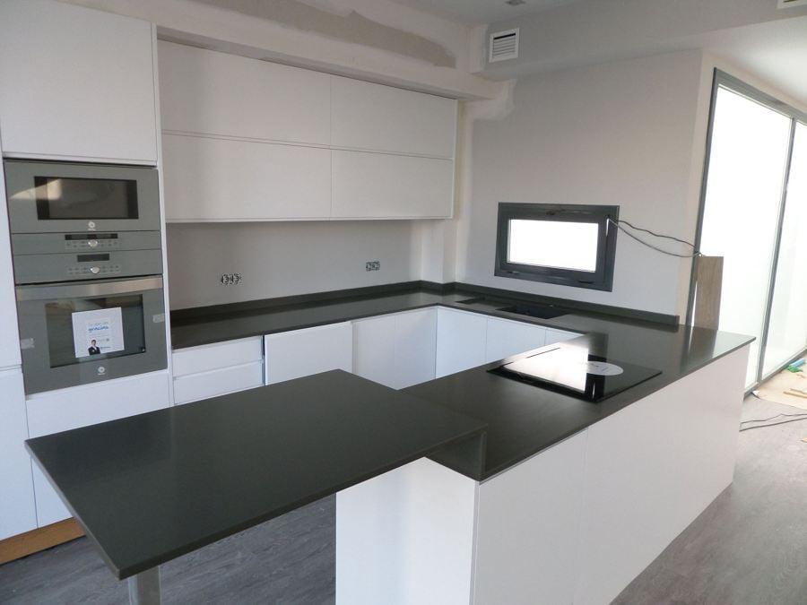 Foto encimera de cocina en silestone cemento spa de for Mesa cocina silestone