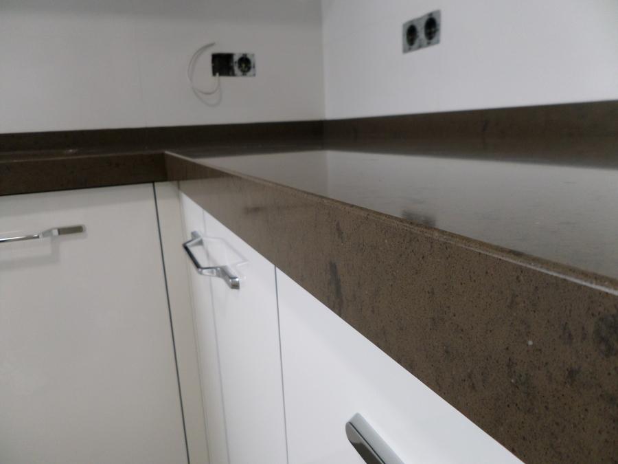 Foto encimera de cocina en silestone marron amazon for Colores marmoles cocina