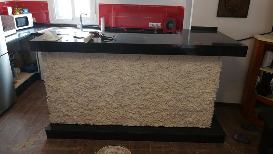 Encimera de cocina en granito negro zimbawe con mueble de for Barras de granito para cocina