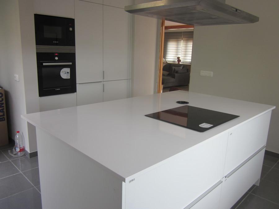 Foto encimera en silestone blanco zeus de marmoleria sa for Granito blanco real
