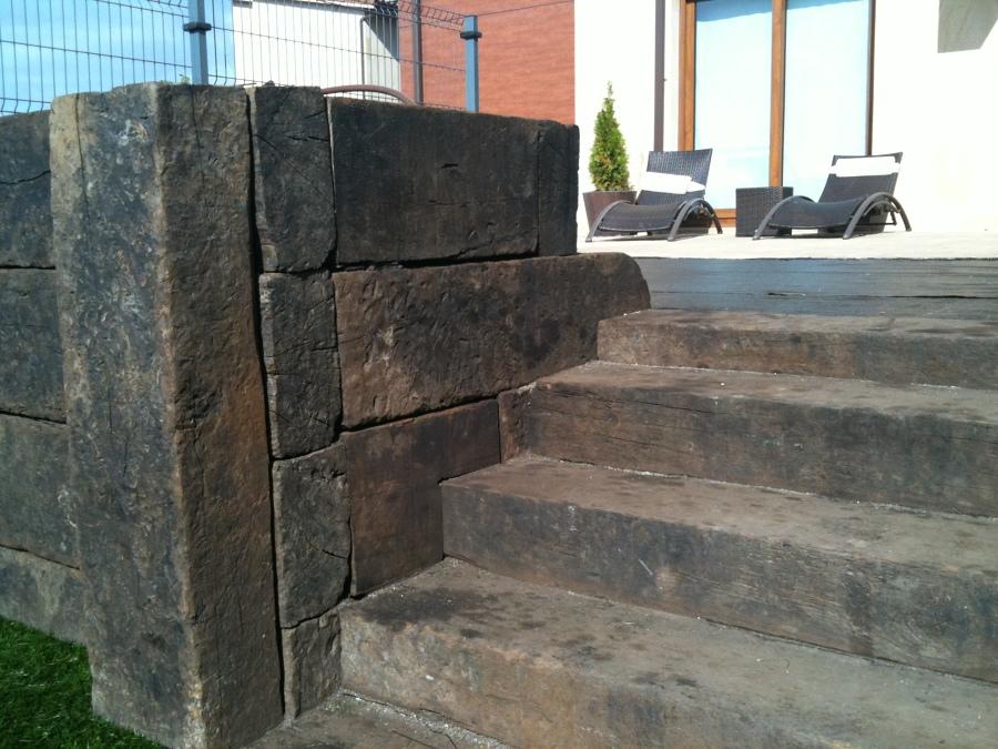 Encuentro de jardinera/muro con escaleras de traviesas.