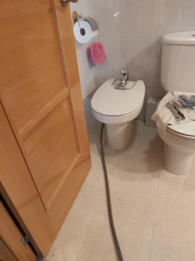 Enganche de la toma de la bomba desincrustante al cuarto de baño (agua caliente)
