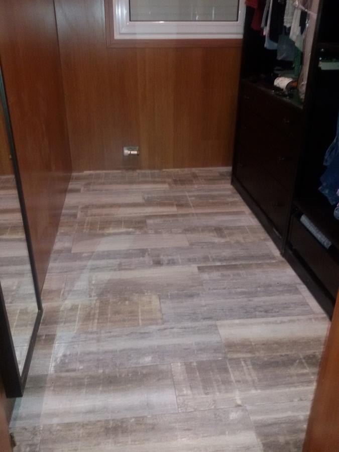 Enrrayolado suelo con cerámica imitación parquet.