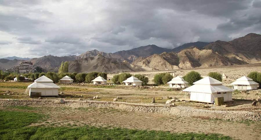 Entorno de tiendas de campaña en zona rocosa