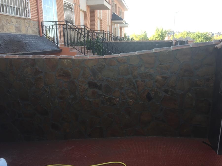 Entrada a garaje revestida en piedra