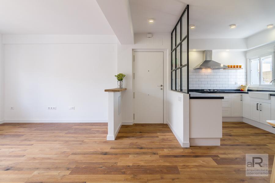 Entrada abierta a salón y cocina-comedor