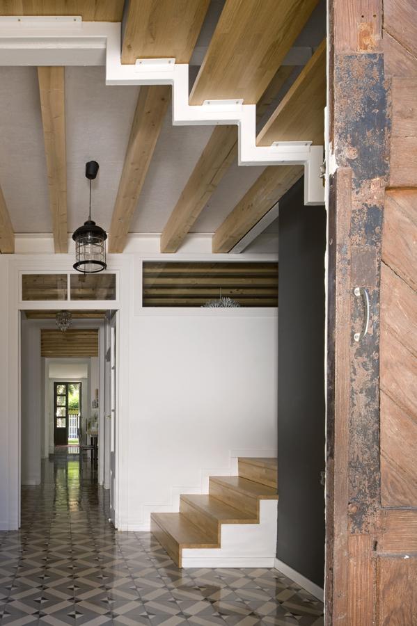 Foto entrada bajo hueco de escalera de lola mulledy for Hueco bajo escalera