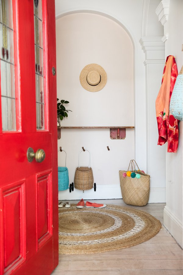 Entrada con puerta roja