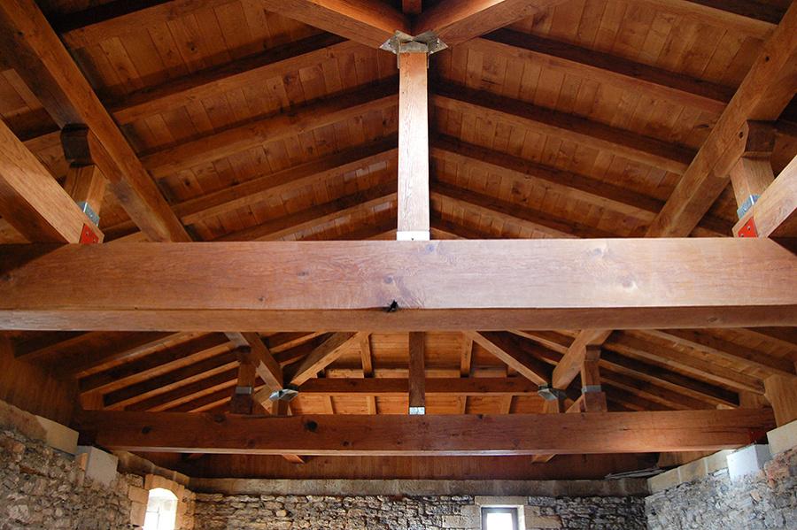 Entramado de vigas en caserío reformado en Navarra