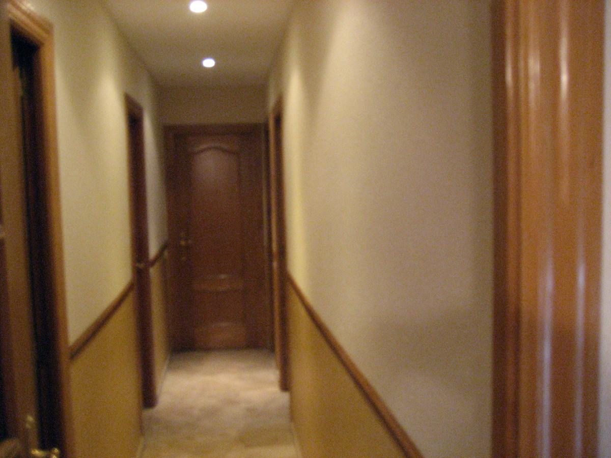 Foto es un pasillo pintado en dos tono las paredes y - Como pintar el pasillo ...