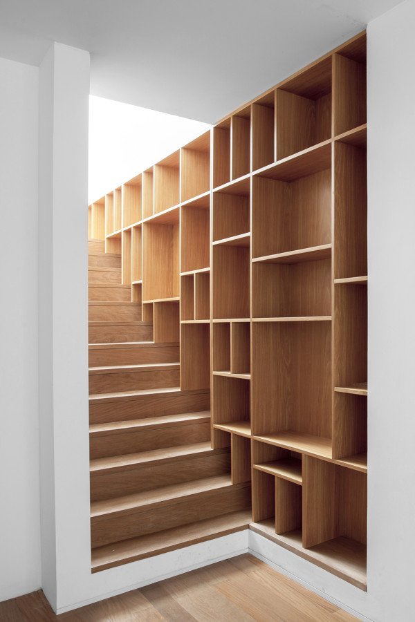 escalera con espaciode  almacenaje