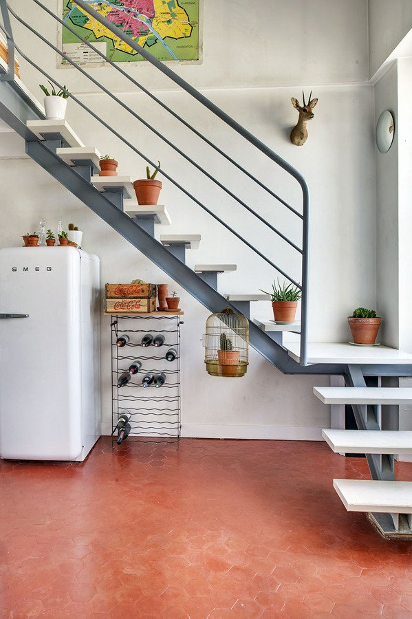 Un apartamento boho con detalles diy ideas decoradores for Escaleras interiores en espacios reducidos