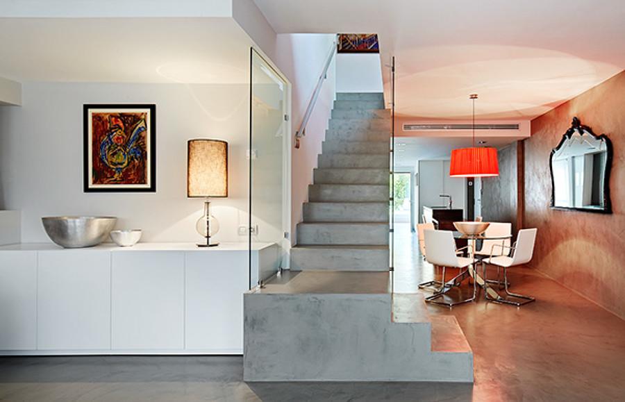 Escalera, comedor y salón