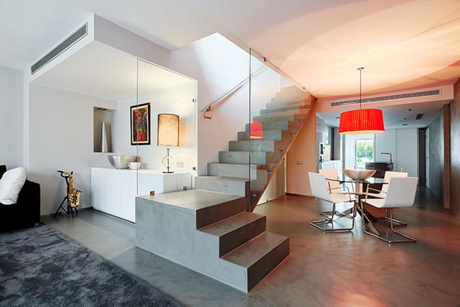 Foto escalera comedor y sal n de jsv arquitectura for Escaleras de salon