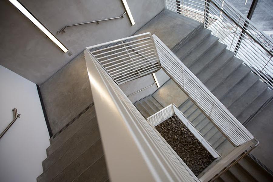 Foto escalera comunidad de julian roco pintura y for Apliques para escaleras de comunidad