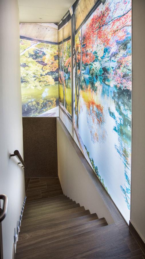 Escalera con fotografía gigante retroiluminada