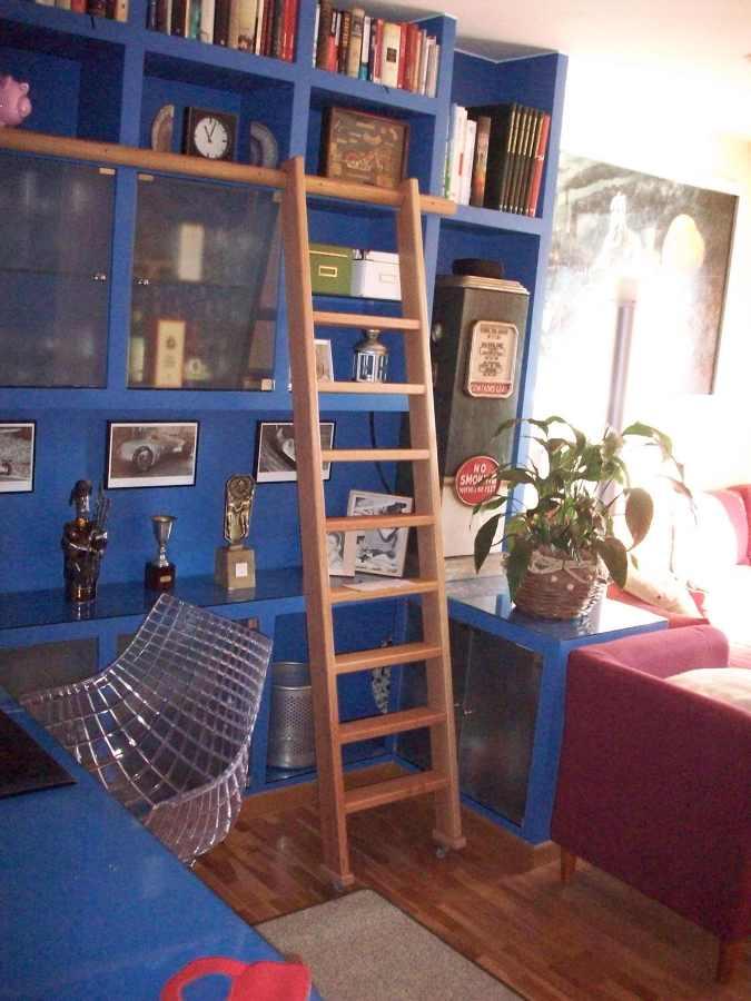 Foto escalera con gu a en madera maciza para estanter a de francisco carneiro uzal 835041 - Estanterias en escalera ...