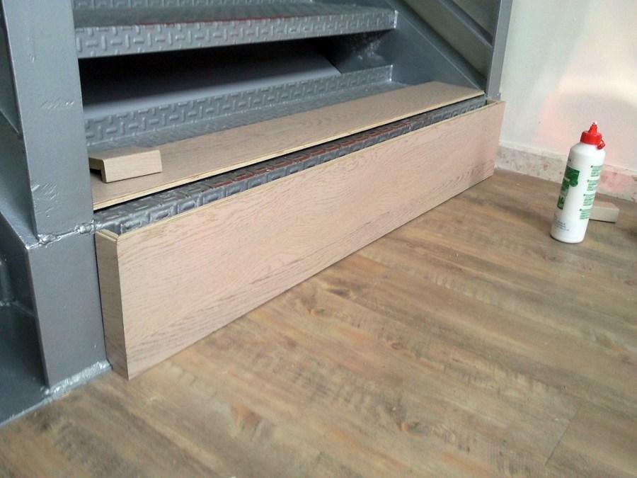 Foto escalera con parquet flotante y suelo con vinilo de for Parquet vinilo adhesivo