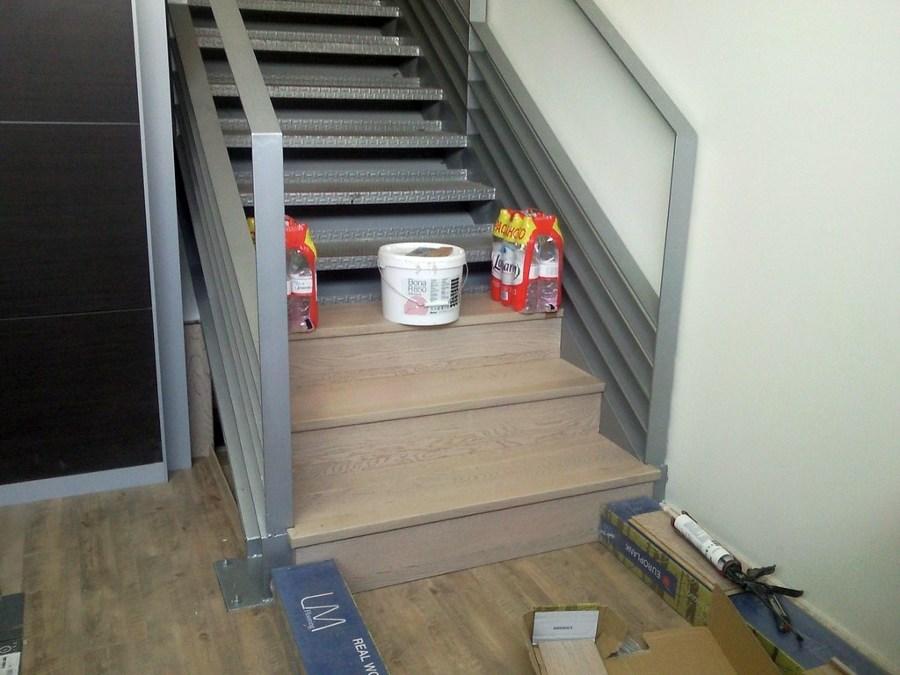 foto escalera con parquet flotante y suelo con vinilo de