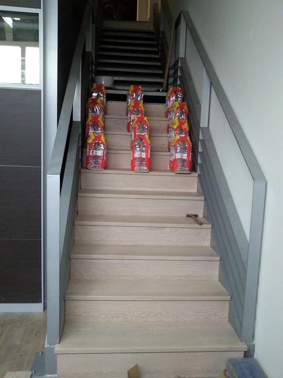 como forrar una escalera de madera decorar la escalera