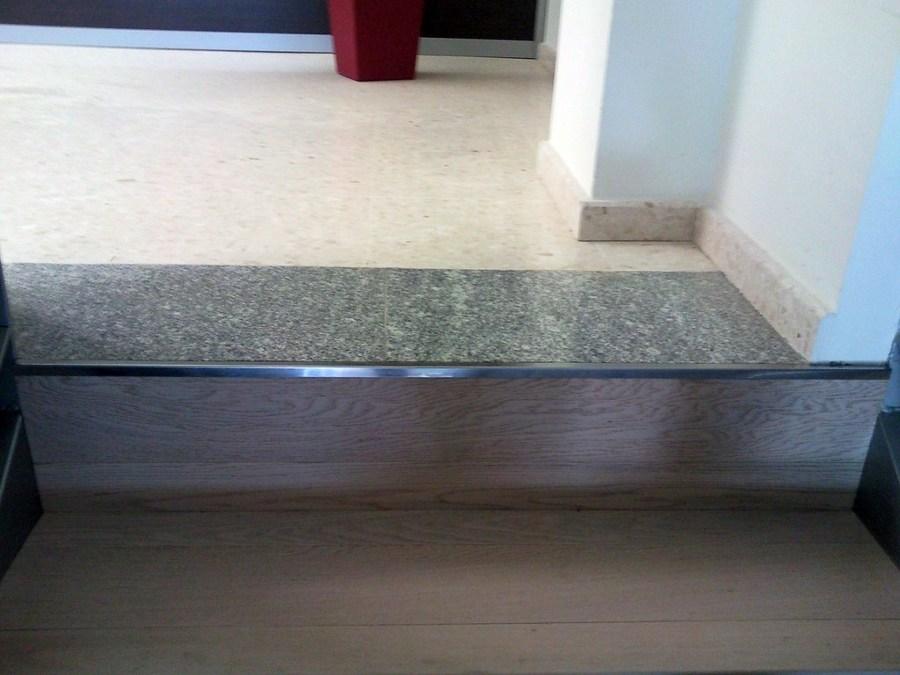 Foto escalera con parquet flotante y suelo con vinilo de - Como instalar suelo vinilico ...