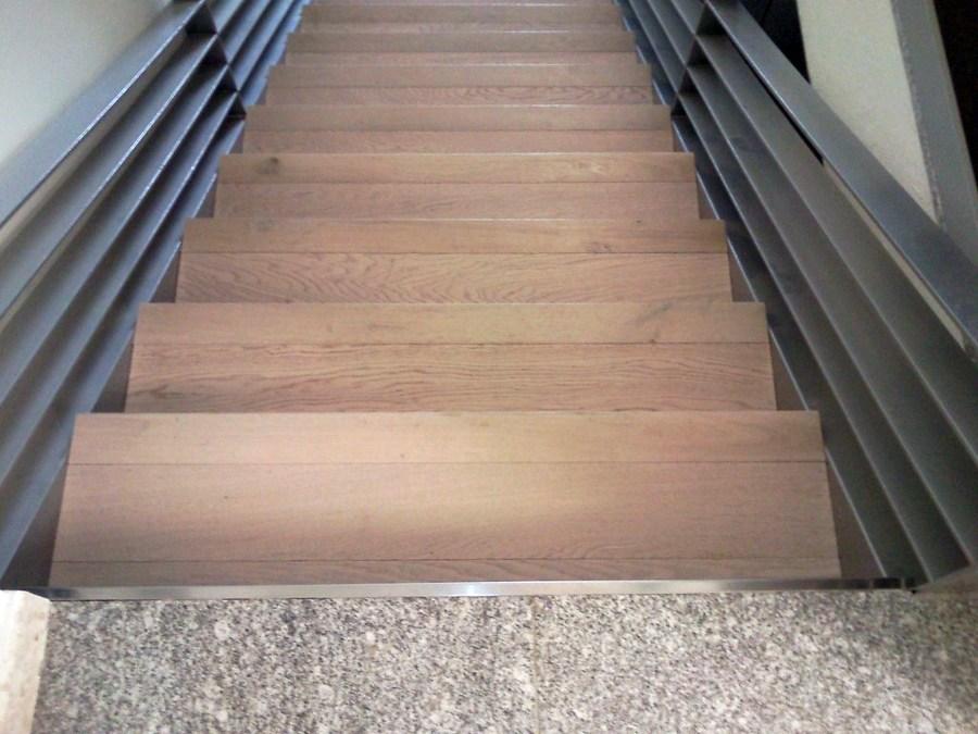 Foto escalera con parquet flotante y suelo con vinilo de for Escaleras de parquet