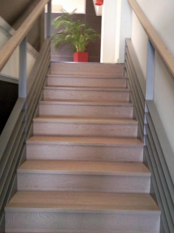 Foto escalera con parquet flotante y suelo con vinilo de - Vinilos decorativos suelo ...