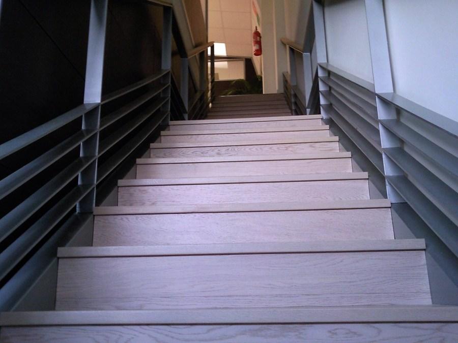 Foto escalera con parquet flotante y suelo con vinilo de - Suelo vinilico opiniones ...