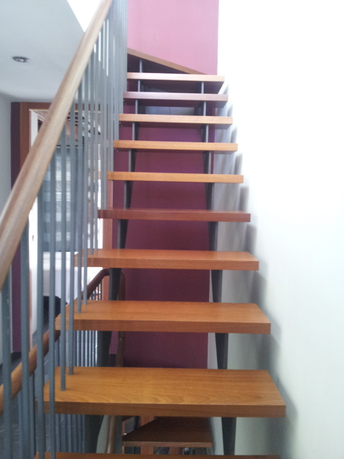 Foto escalera con pasamanos en hierro y madera de for Escaleras de madera y hierro para casas