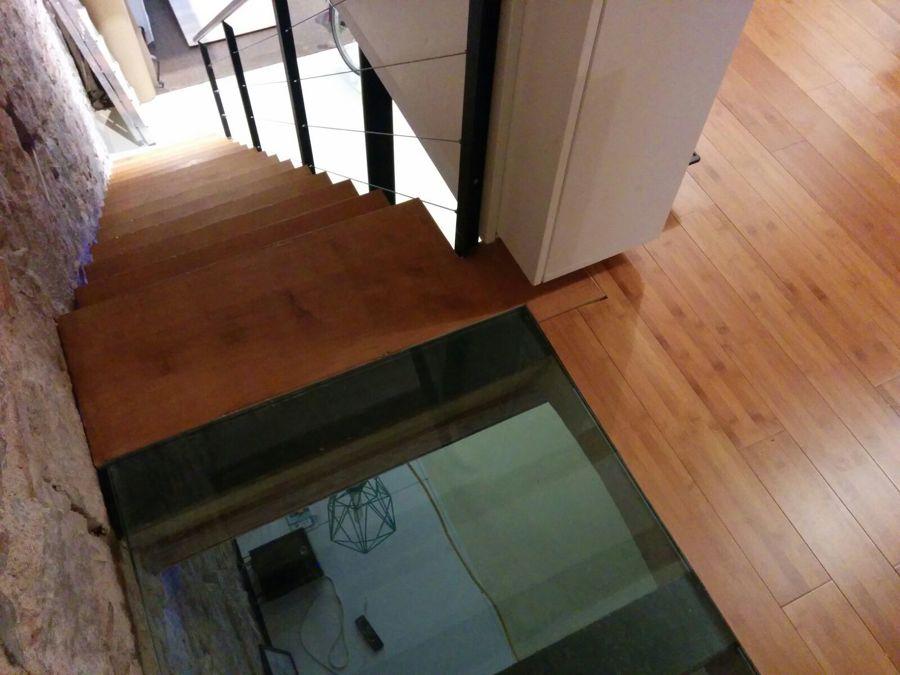 Escalera con suelo transparente
