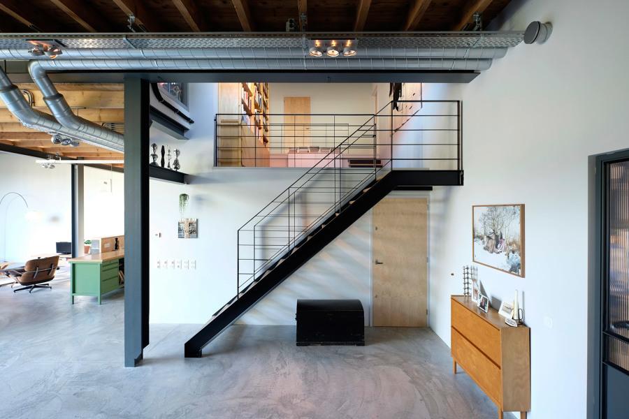 escalera de estructura metálica y peldaños de madera