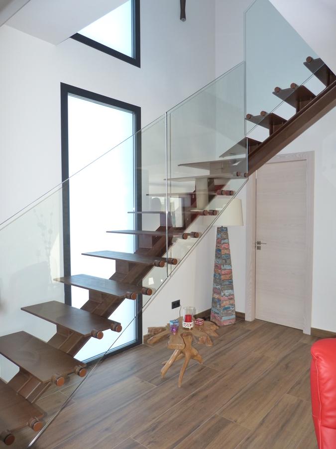 escalera de hierro con barandilla de cristal