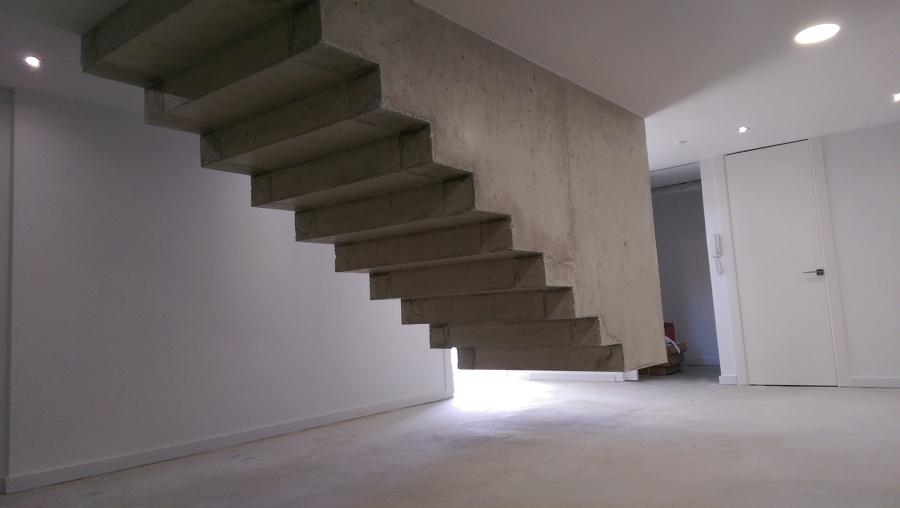 Vivienda unifamiliar aislada de estilo moderno y l neas - Escalera prefabricada de hormigon ...