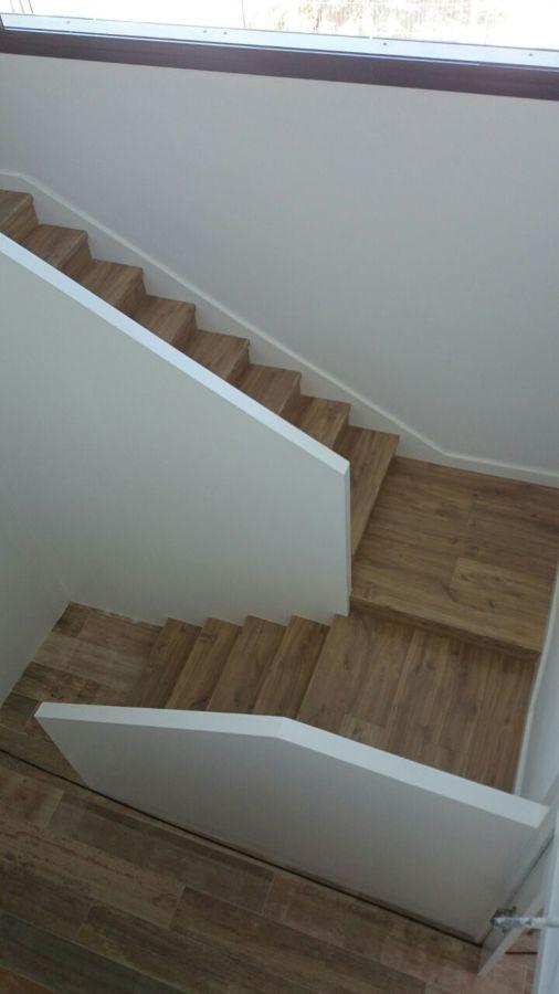 Escalera de madera con cartabón de rodapié