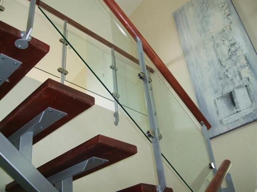 escalera de madera cristal y acero inoxidable