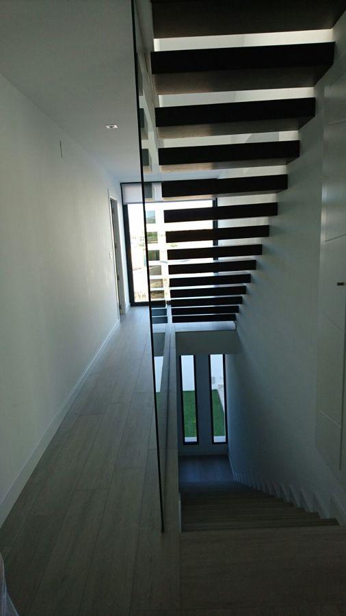 Escalera de madera y suelo de porcelánico imitando madera