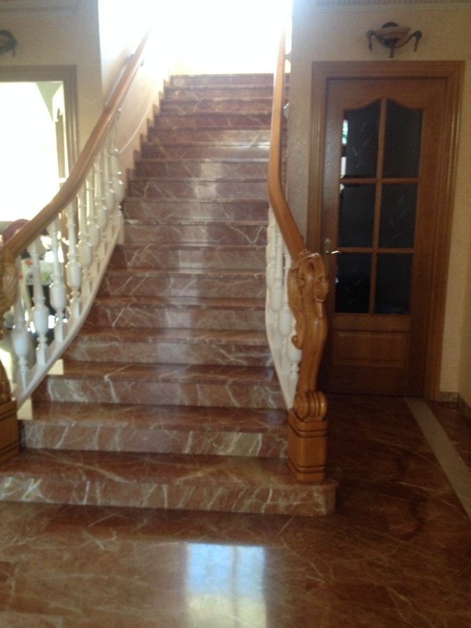 Escalera de mármol, y barandilla de madera,