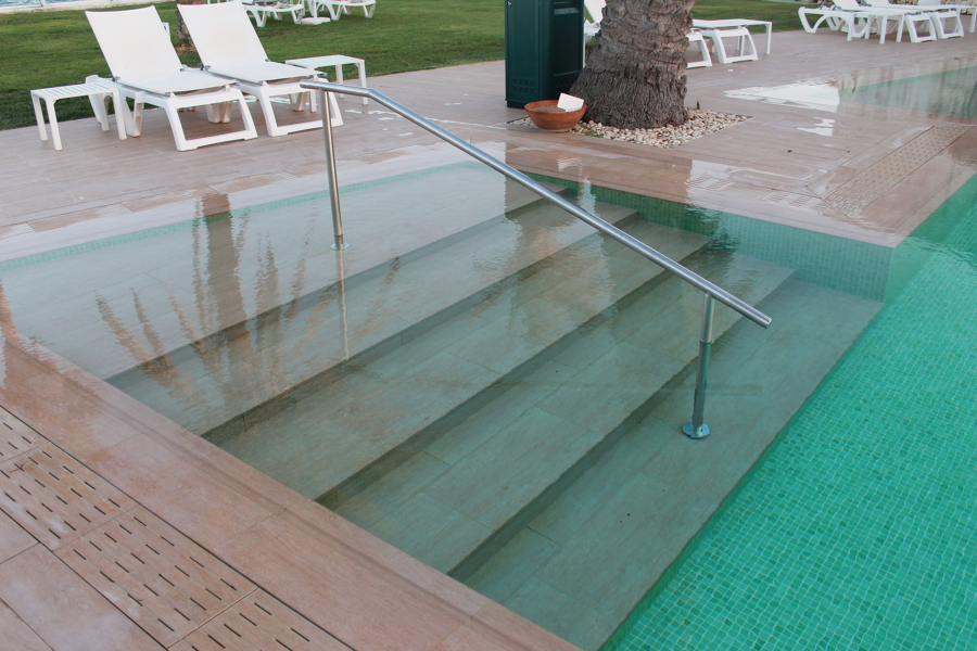 Rehabilitaci n de piscina ideas mantenimiento piscinas for Escalones piscina