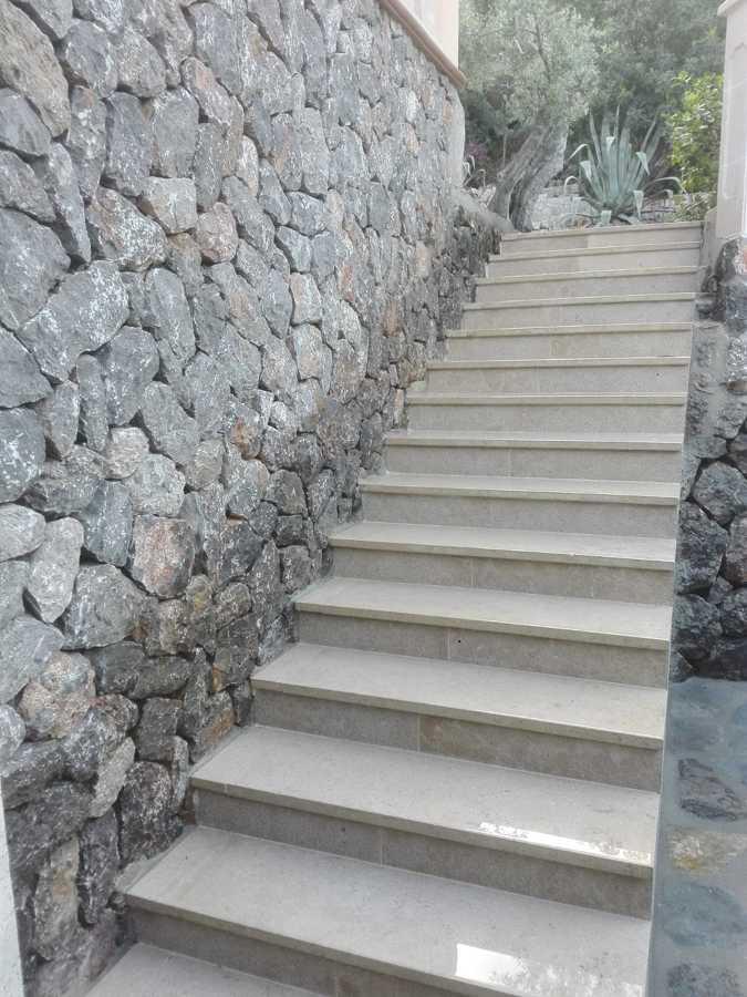 Escalera de piedra acabada