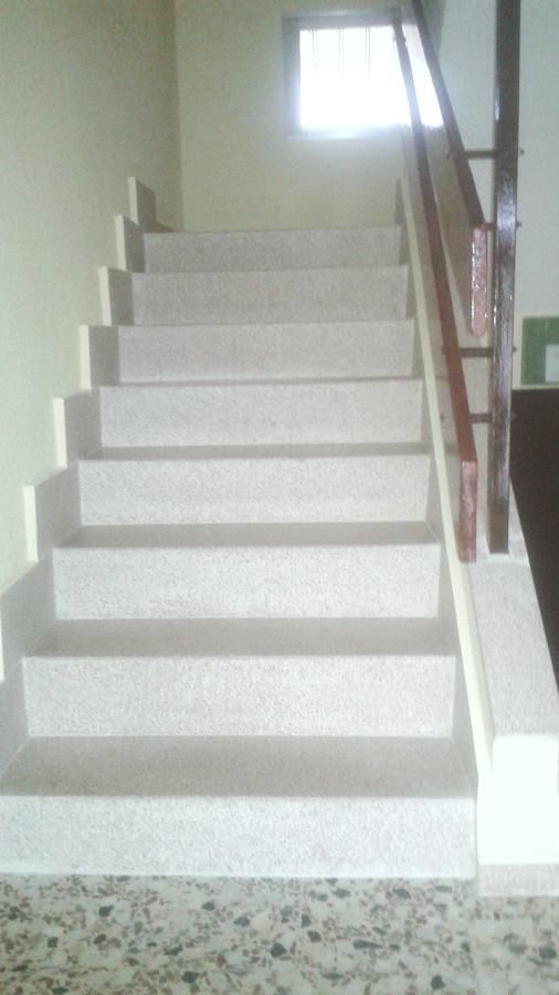 Escalera de piedra artificial.