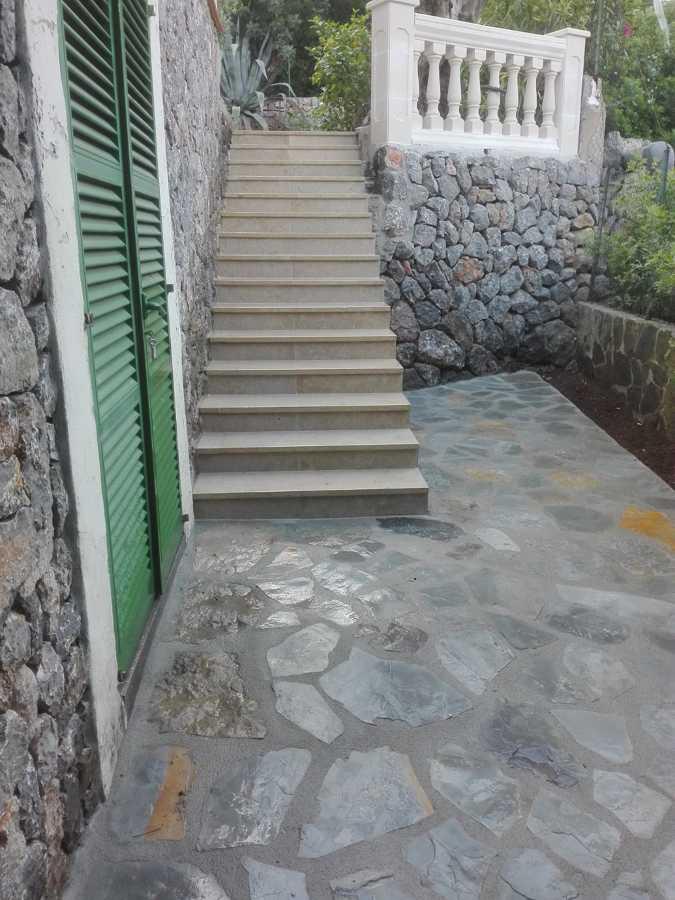 Escalera de piedra y forro acabado