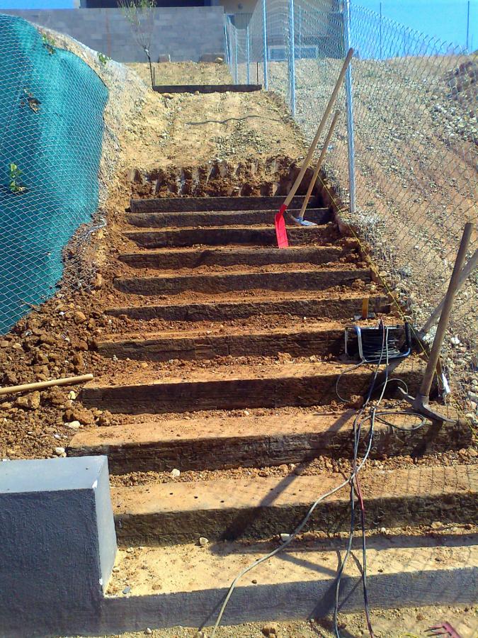 Escalera de traviesas de tren ideas jardineros - Traviesas de tren para jardin ...