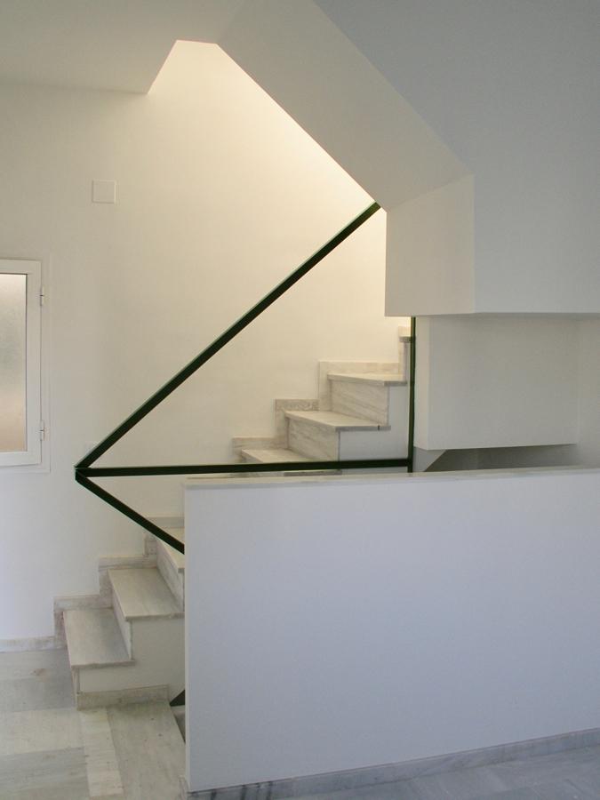 Escalera de una vivienda con acceso a la azotea privada.