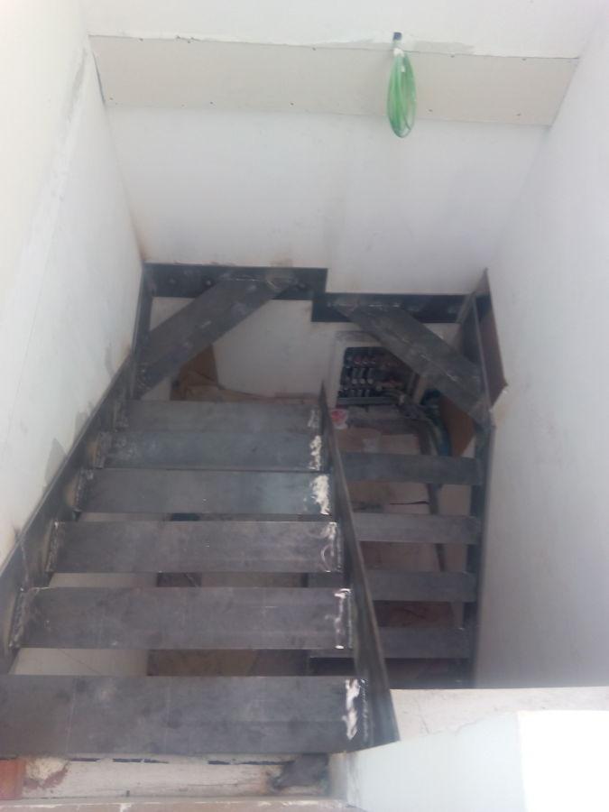 Escalera volada con chapa de hierro y pelda os de madera - Chapa de hierro ...