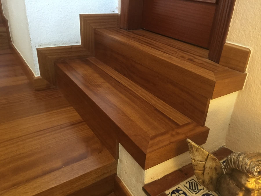 Instalaci n de escaleras de madera de iroco en barcelona for Ideas para forrar escaleras