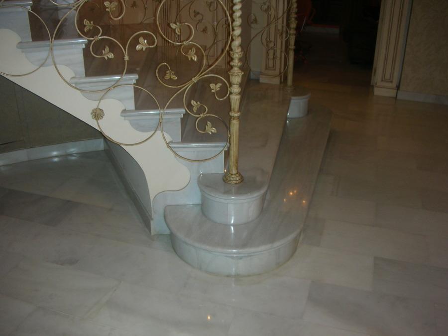Foto escalera en marmol blanco macael de monpiedra s l for Marmol blanco real